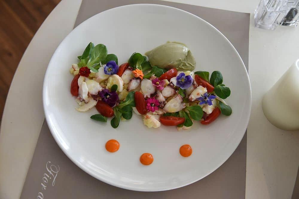 Salată de caracatiță cu gelato de fistic și pesto. By Oana Pleșan.