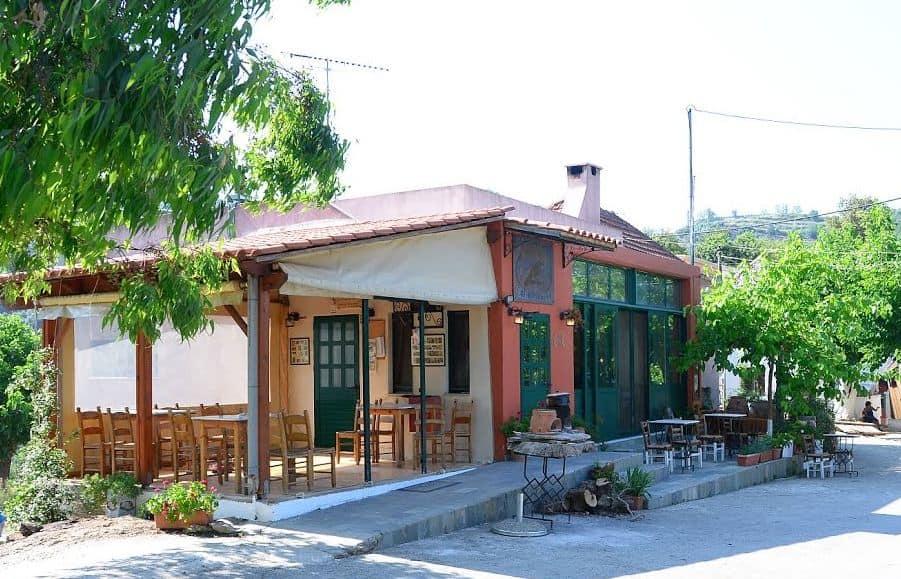 Deși nu pare, taverna Dounias face cinste gastronomiei cretane